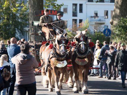 Grote nostalgische optocht door de historische stad van Zutphen